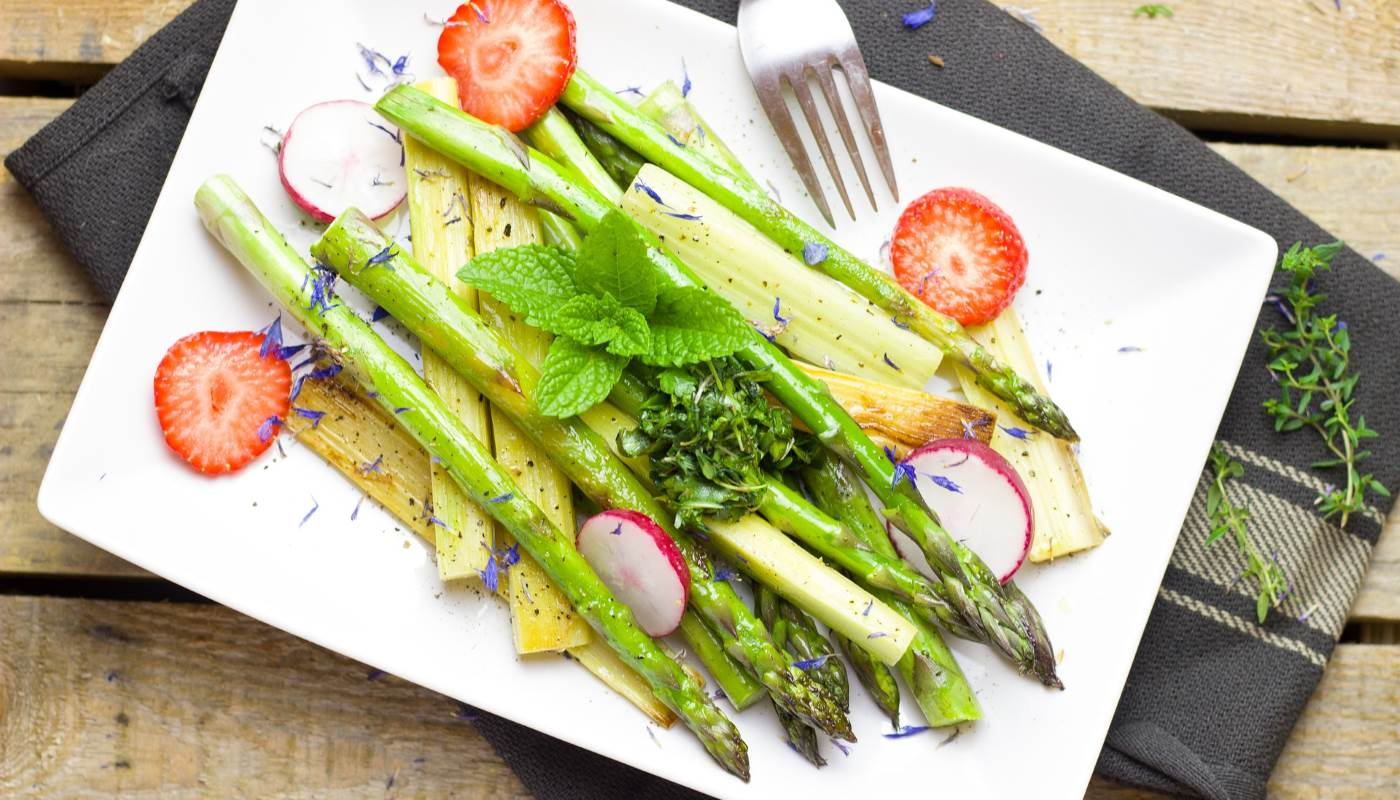Asparagi, fragole e ravanelli tra la frutta e la verdura di aprile