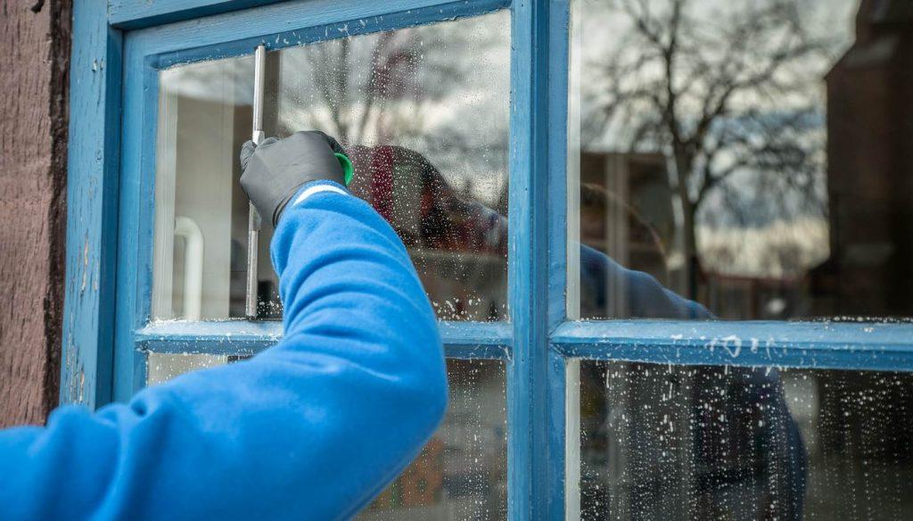 Come pulire i vetri perfettamente e senza aloni