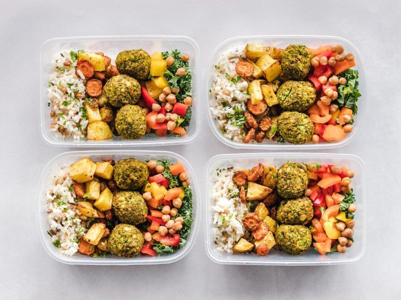 Organizza il cibo avanzato in appositi contenitori