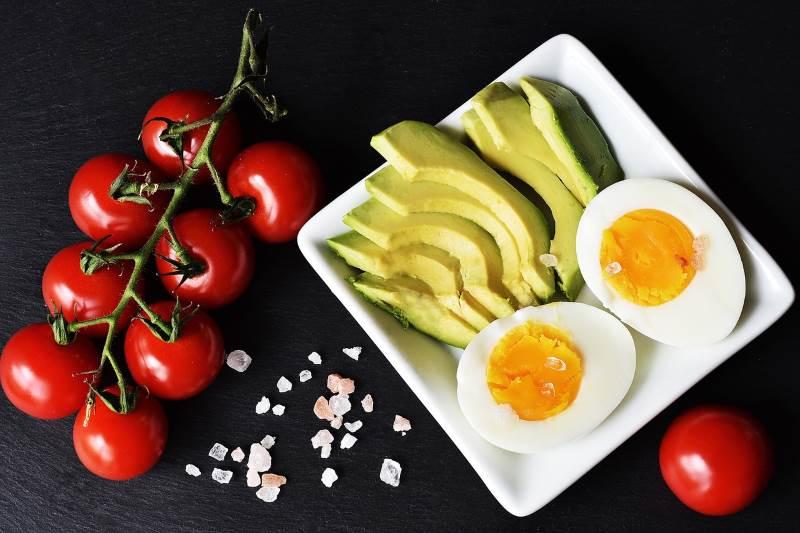 Avocado, uova e pomodorini