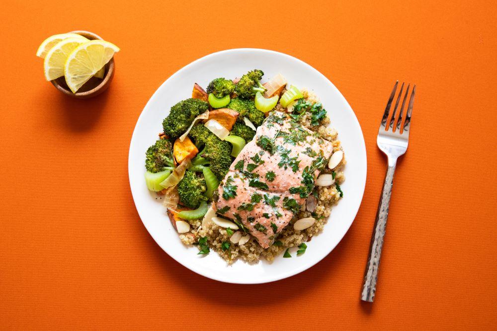 Salmone con contorno di broccoli