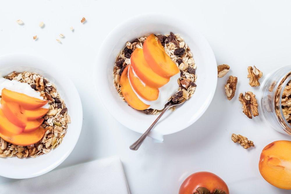 Cachi con yogurt e cereali