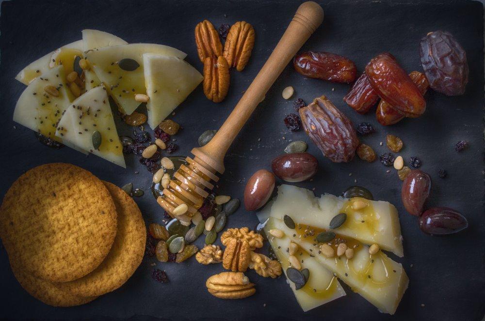 Datteri, formaggio, cracker e noci