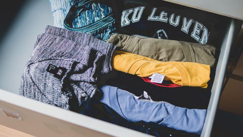 Magliette e vestiti arrotolati