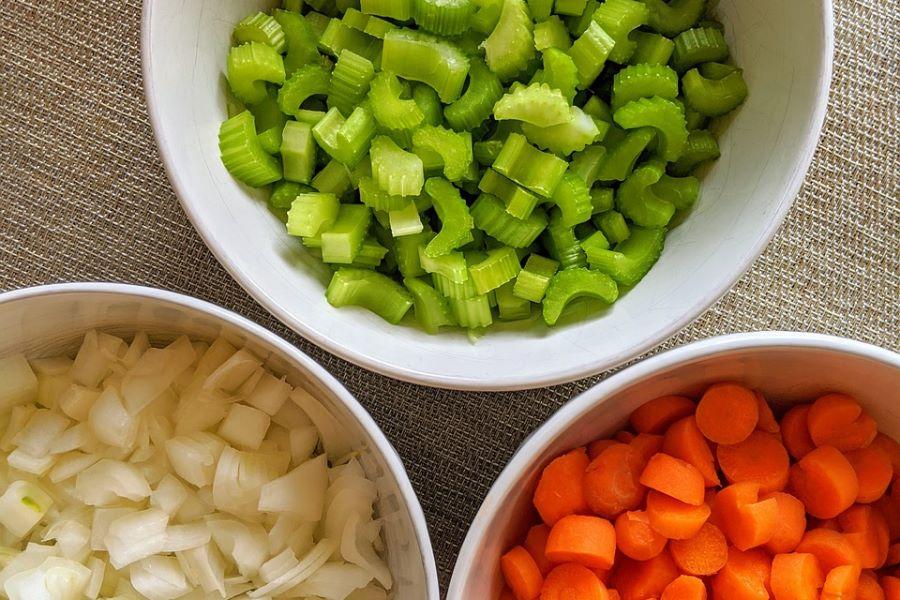 Tagliare le verdure per il soffritto