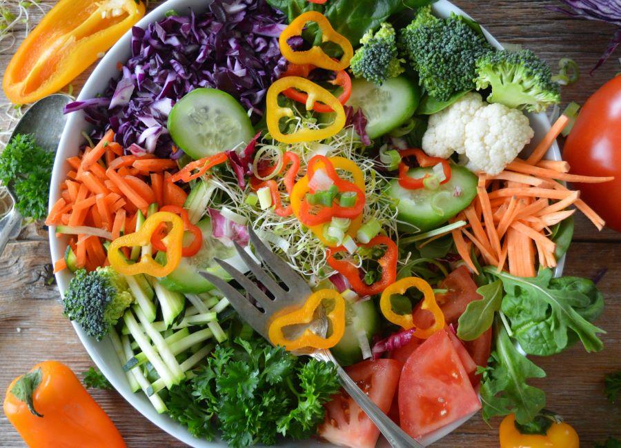Insalata mista con verdure crude