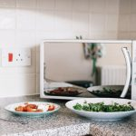 Gli alimenti da non scaldare al microonde