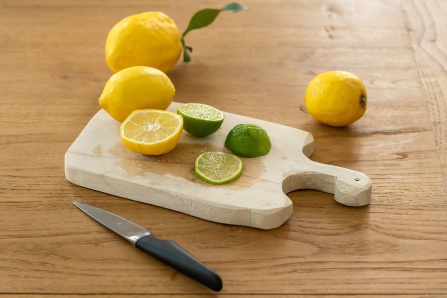 Il limone è utile per pulire un tagliere in legno