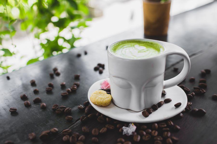 Tè matcha con latte e pasticcini