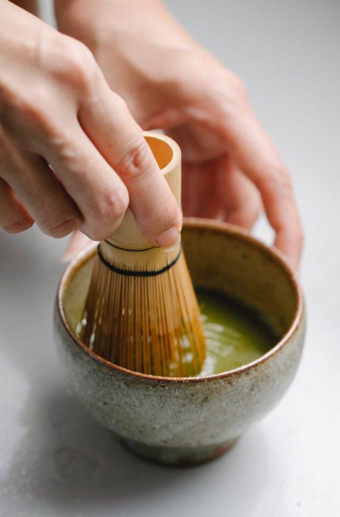 Preparazione del tè matcha con la frusta in bambù