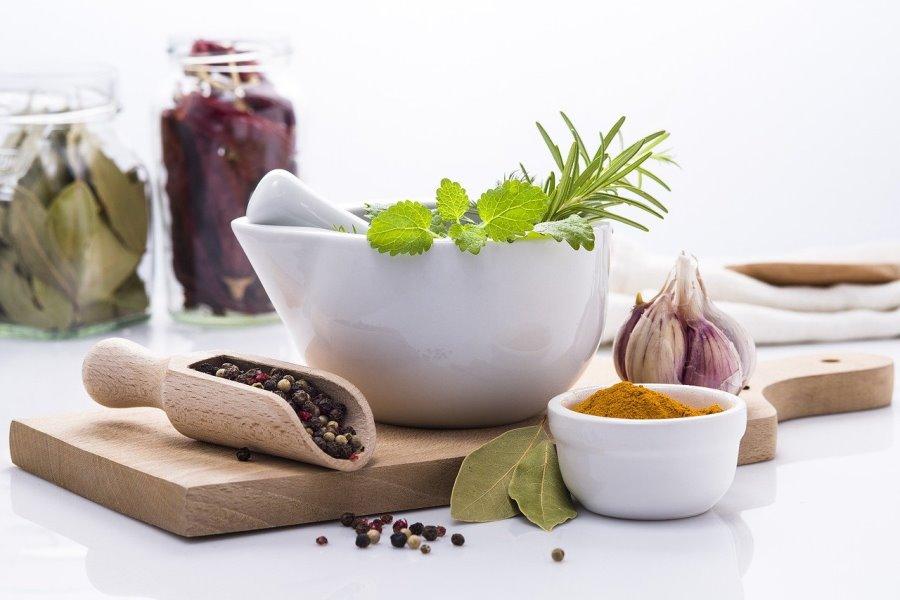 Erbe aromatiche e spezie per condire l'insalata