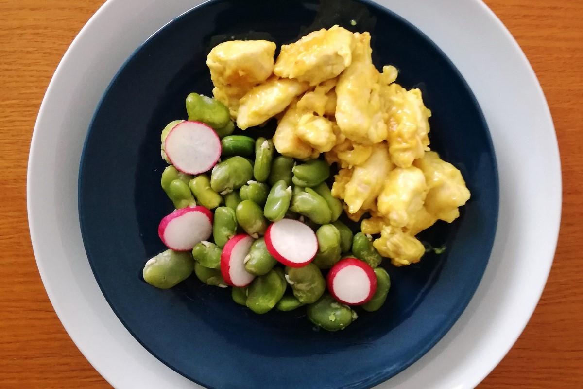 Pollo al curry con fave e ravanelli