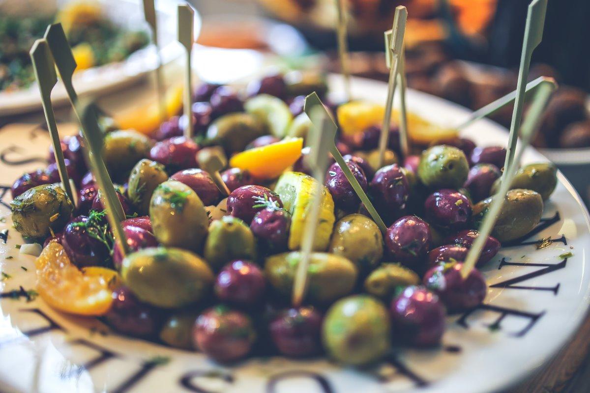 Come conservare le olive nere e verdi: salamoia, sott'olio e altro