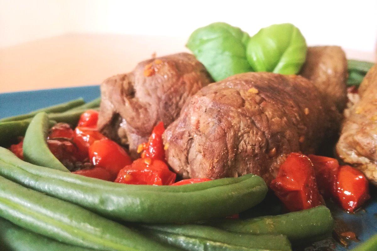 Involtini di carne, fagiolini e speck