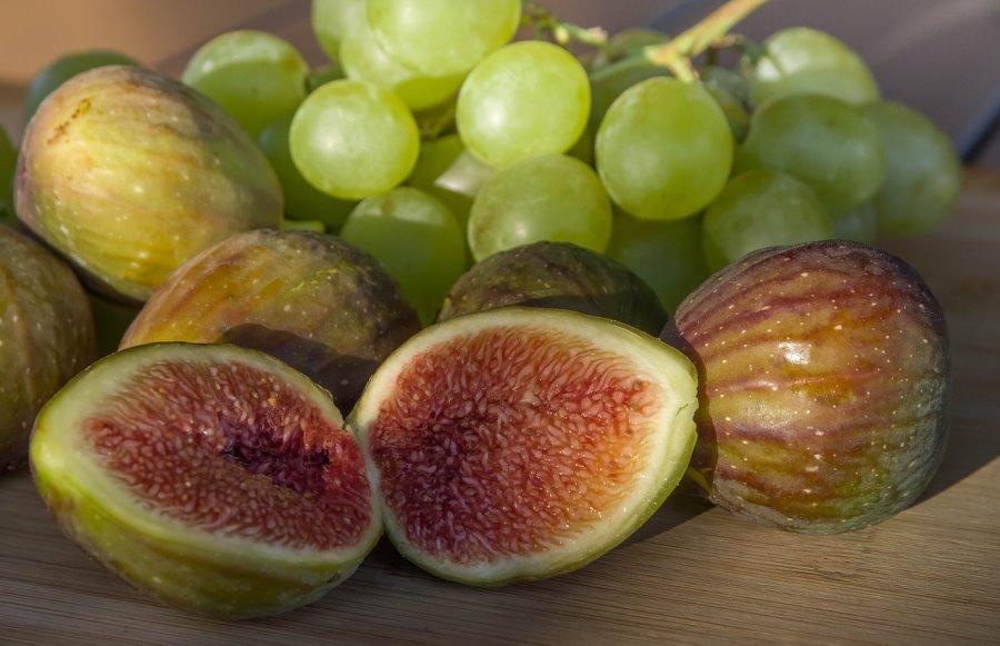 Frutta estiva: uva e fichi