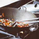 Come pulire una pentola bruciata: i rimedi più facili