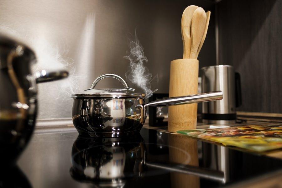 Portare a ebollizione acqua e aceto per pulire una pentola bruciata